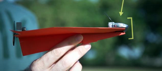 Drone creato con un aeroplanino di carta